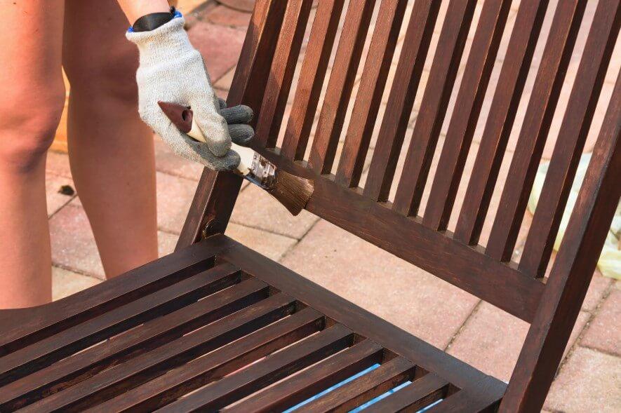 Comment enlever les gouttes de peinture sur le bois?
