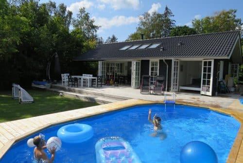 Comment faire une terrasse en béton autour d'une piscine?
