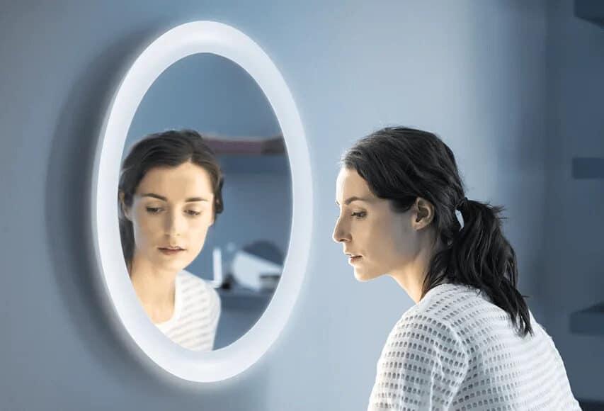Comment accrocher un miroir en l'inclinant?